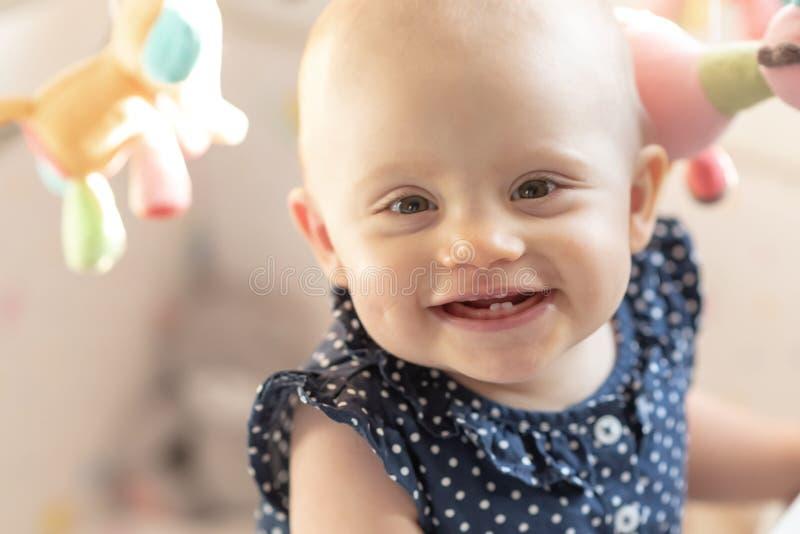 Ritratto della neonata sveglia sorridente fotografia stock