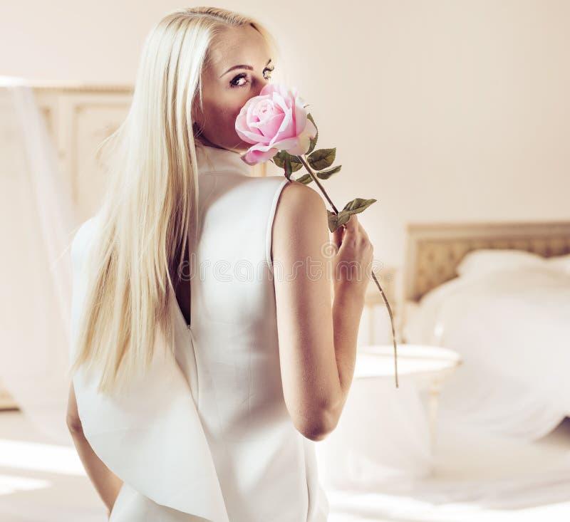 Ritratto della parte di una signora bionda in un appartamento lussuoso fotografia stock libera da diritti
