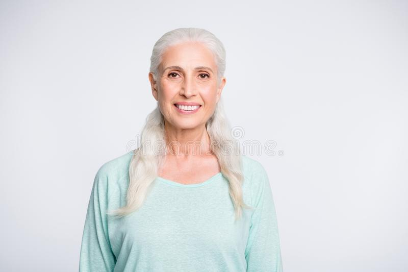 Ritratto della persona graziosa che sorride sembrando il pullover d'uso dell'alzavola isolato sopra fondo bianco fotografia stock libera da diritti