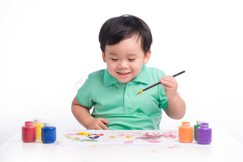 Ritratto della pittura asiatica allegra del ragazzo facendo uso degli acquerelli immagine stock