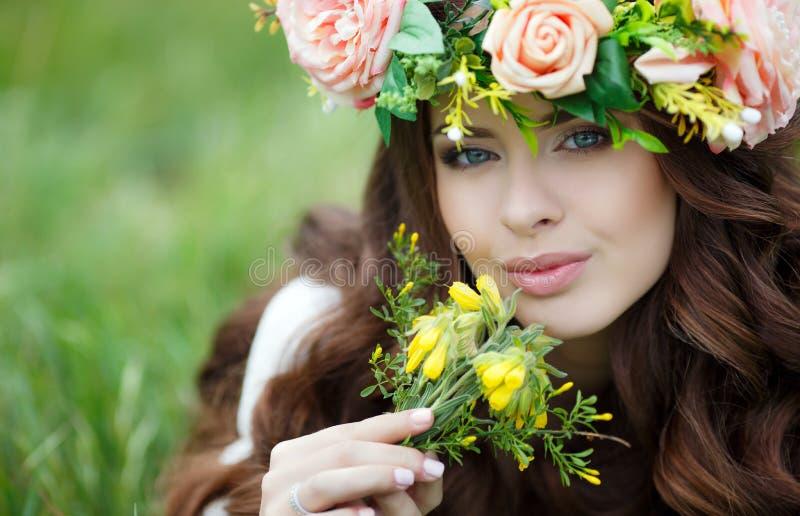 Ritratto della primavera di bella donna in una corona dei fiori fotografie stock