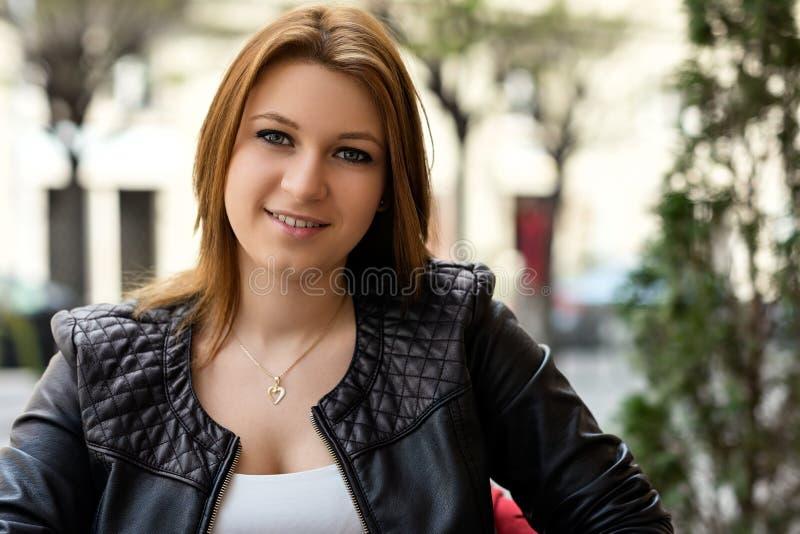 Ritratto della primavera di una giovane donna attraente fotografia stock libera da diritti