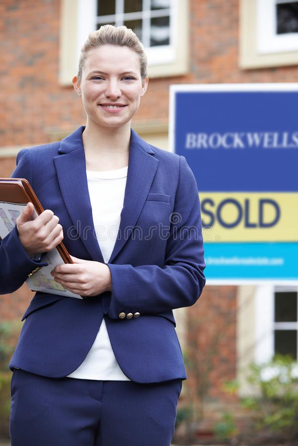 Ritratto della proprietà residenziale dell'esterno diritto femminile di agente immobiliare fotografie stock