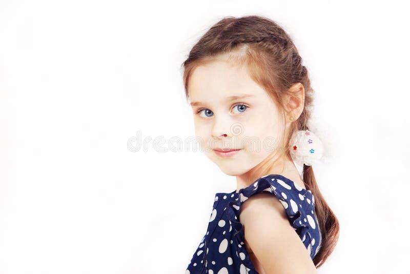 Ritratto della ragazza abbastanza sveglia che porta il vestito blu scuro fotografia stock