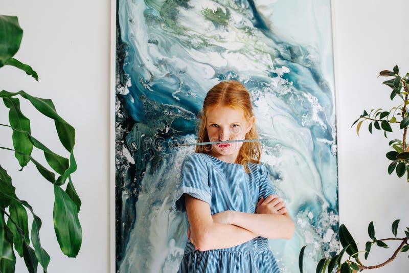 Ritratto della ragazza adolescente allegra della testarossa con la spazzola come baffi immagini stock libere da diritti