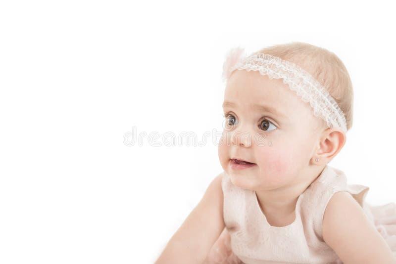 Ritratto della ragazza adorabile che esplora i dintorni immagini stock