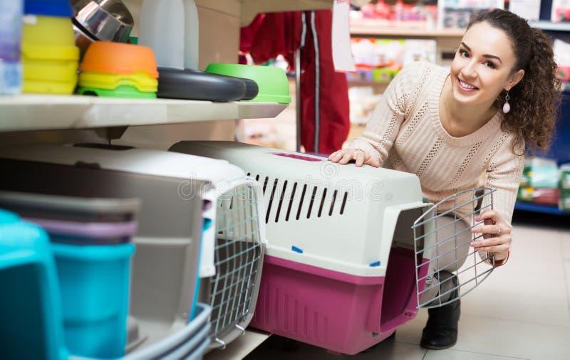 Ritratto della ragazza adulta che acquista il canile dell'animale domestico fotografie stock