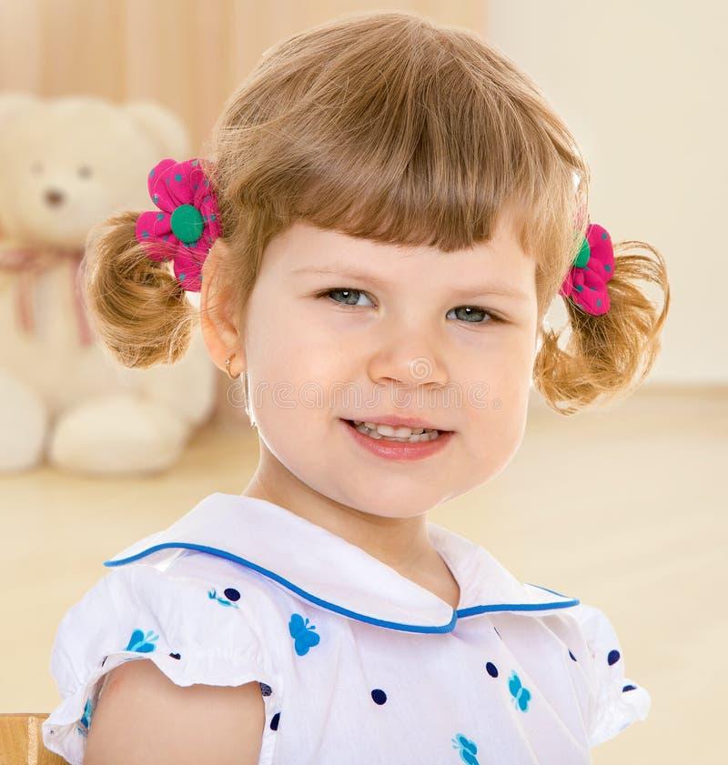 Ritratto della ragazza allegra con le trecce fotografie stock libere da diritti