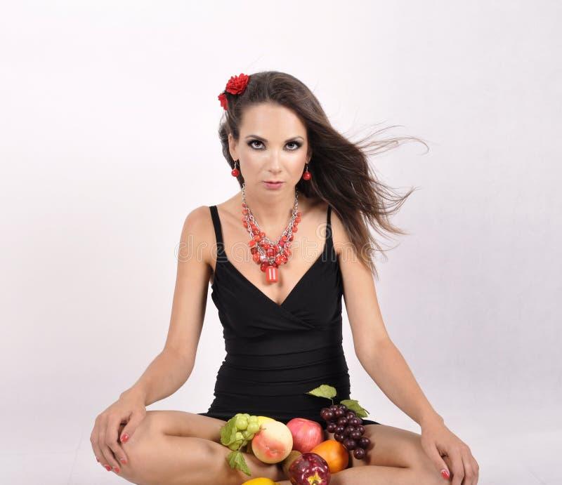Ritratto della ragazza allegra di forma fisica esile in studio con l'insieme di frutta e delle verdure sopra fondo bianco Cibo sa fotografie stock libere da diritti