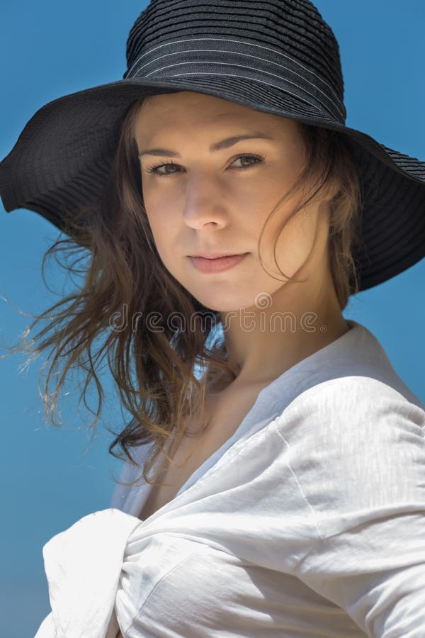 Ritratto della ragazza attraente in cappello e camicia annodata fotografia stock
