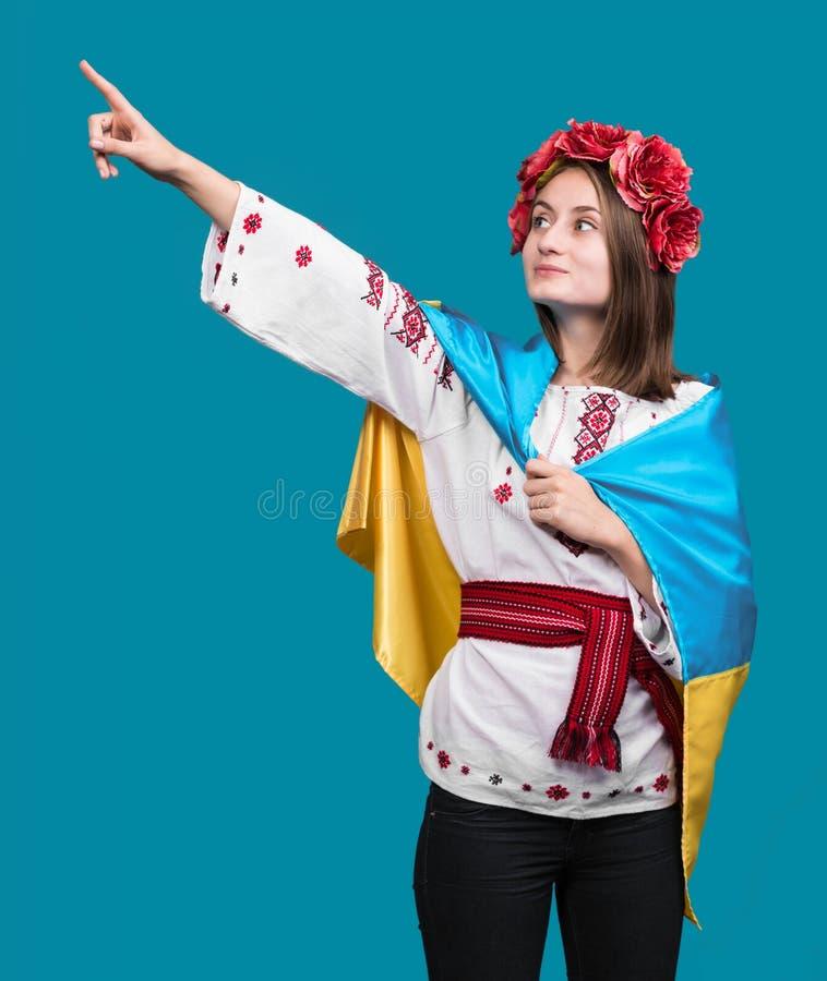 Ritratto della ragazza attraente in vestito nazionale fotografia stock