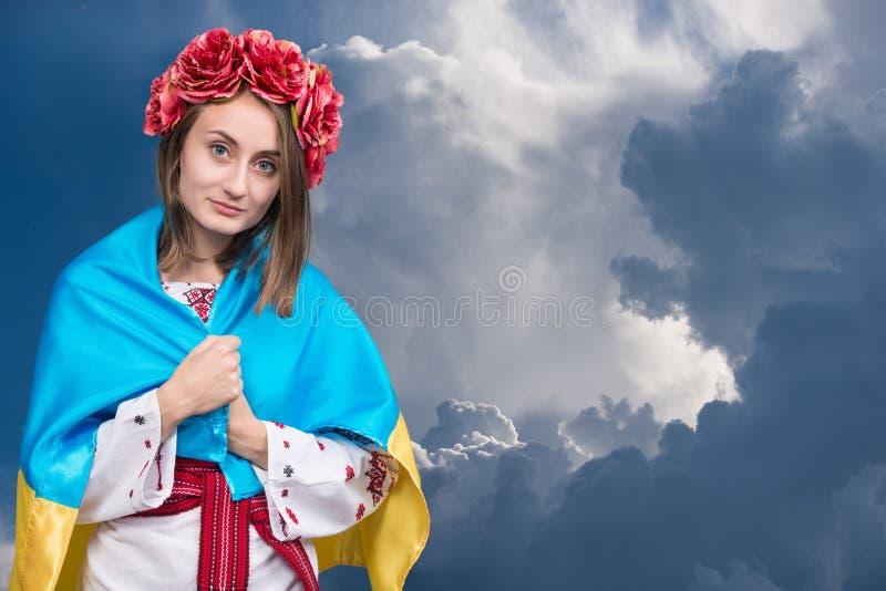 Ritratto della ragazza attraente in vestito nazionale con Ukraini immagine stock
