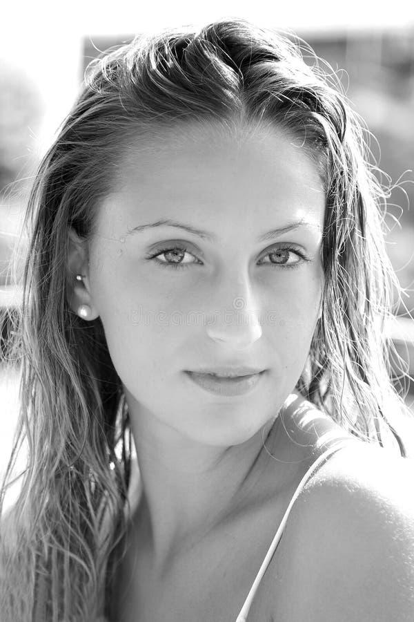 Ritratto della ragazza bionda sveglia con capelli bagnati e gli occhi azzurri in bianco e nero fotografia stock libera da diritti
