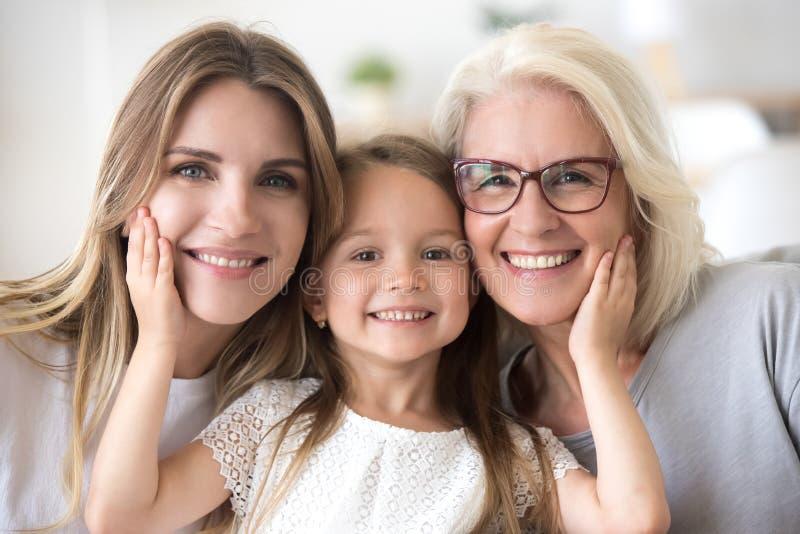 Ritratto della ragazza che abbraccia mamma e nonna che fanno pictu della famiglia immagini stock libere da diritti
