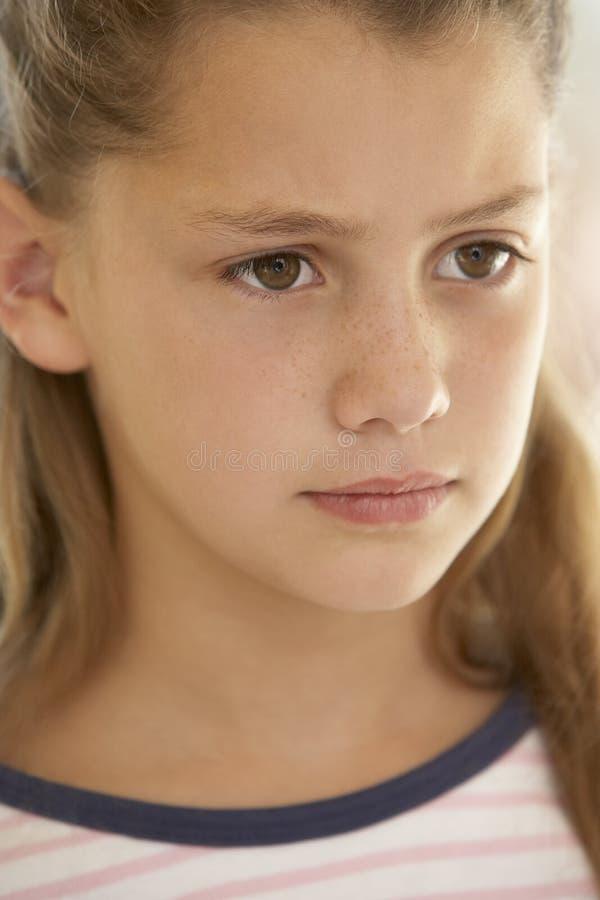 Ritratto della ragazza che aggrotta le sopracciglia immagini stock