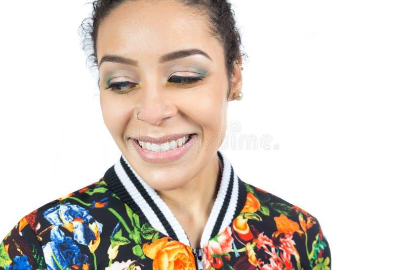 Ritratto della ragazza che guarda giù e con un bello trucco clos fotografie stock libere da diritti