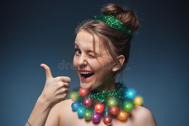 Ritratto della ragazza che ha messo sopra invece dell'le perle a immagini stock
