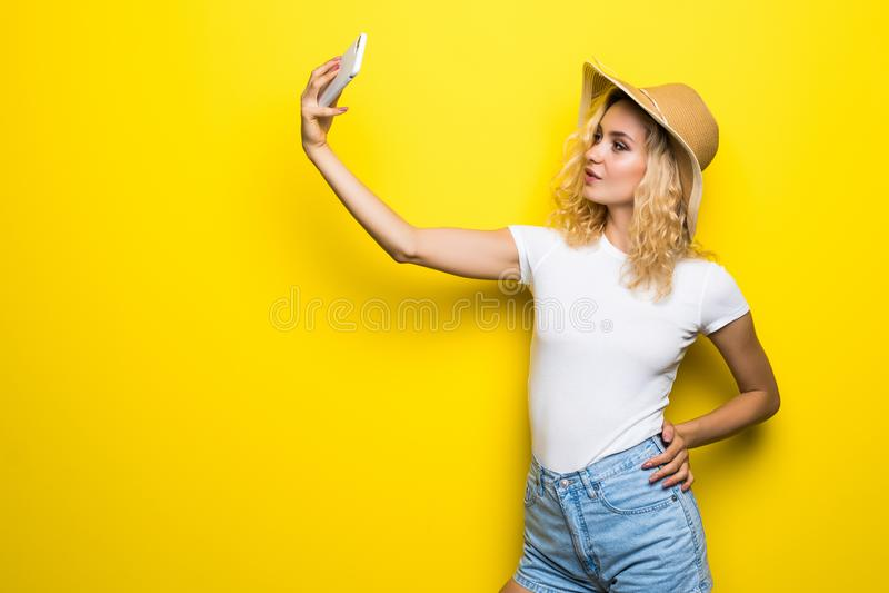 Ritratto della ragazza che ha video-chiamata con lo Smart Phone della tenuta dell'amante a disposizione che spara selfie sulla ma fotografia stock libera da diritti