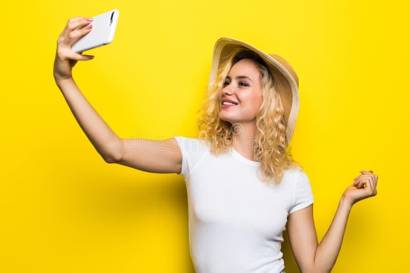 Ritratto della ragazza che ha video-chiamata con lo Smart Phone della tenuta dell'amante a disposizione che spara selfie sulla ma immagine stock libera da diritti