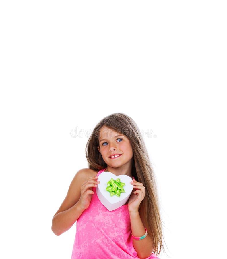 Ritratto della ragazza che posa nello studio con la scatola bianca fotografia stock libera da diritti