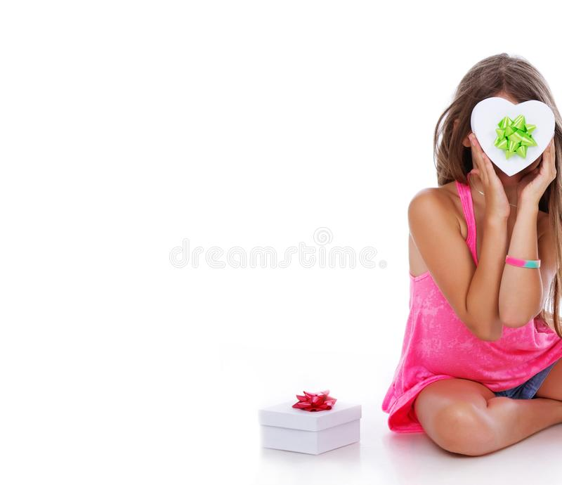 Ritratto della ragazza che posa nello studio con la scatola bianca immagine stock
