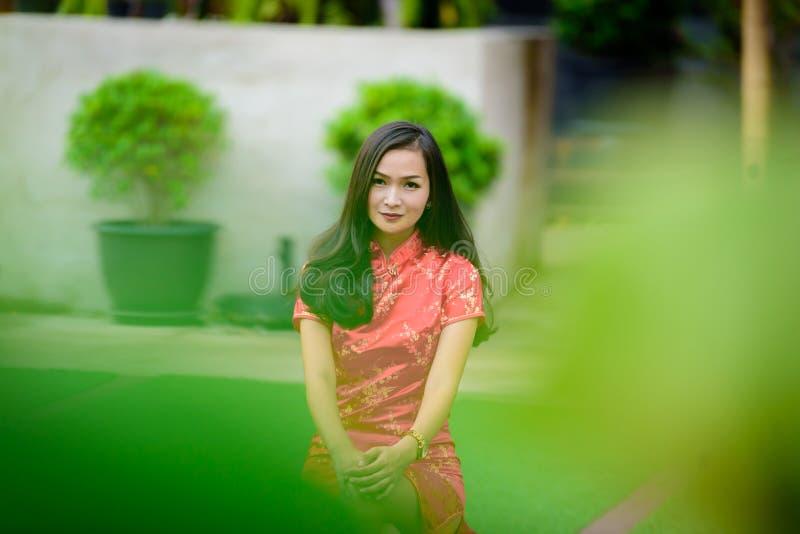 Ritratto della ragazza cinese e tailandese asiatica con il concetto cinese felice del nuovo anno immagine stock