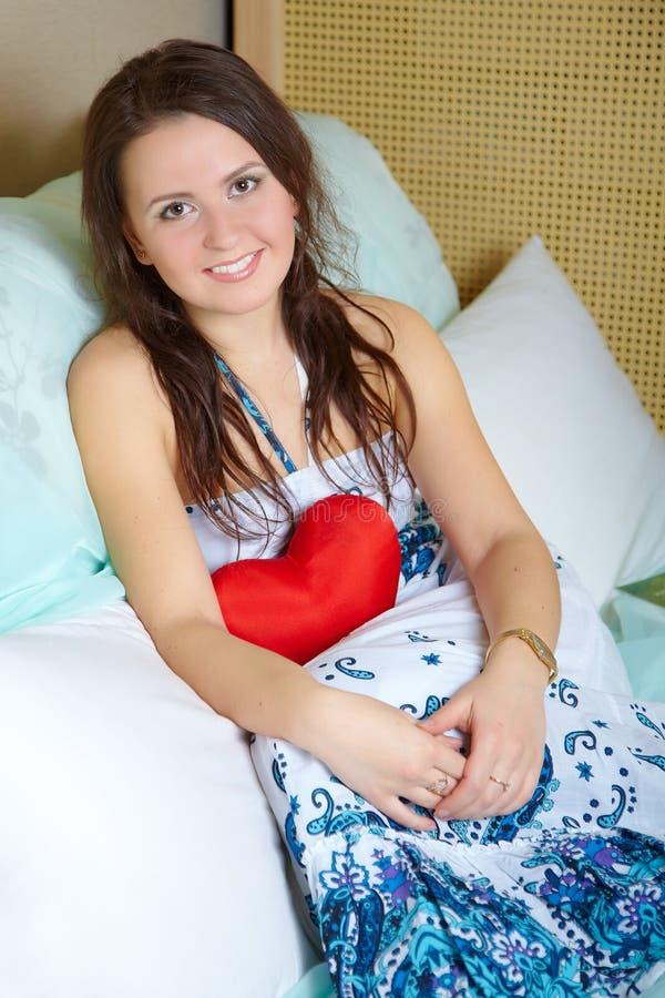 Ritratto della ragazza con cuore rosso fotografia stock libera da diritti