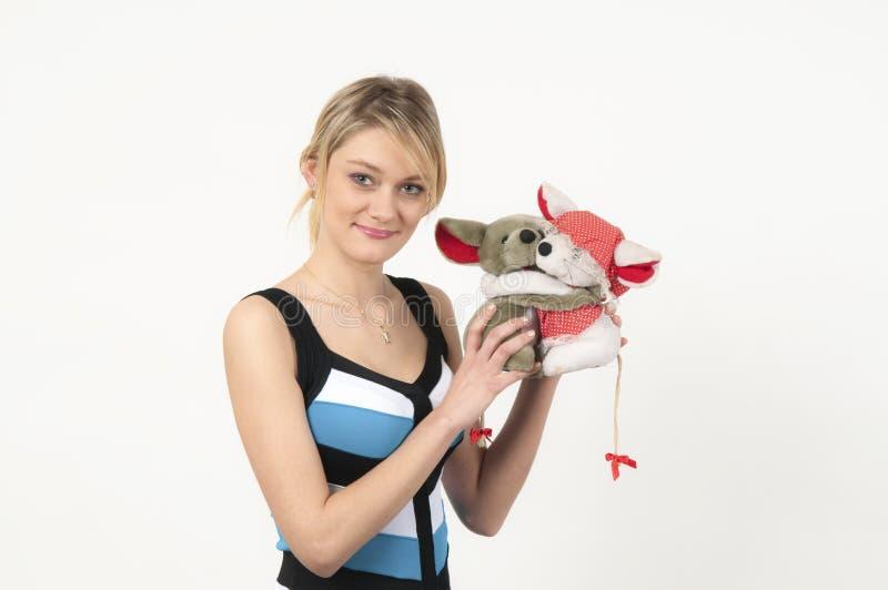 Ritratto della ragazza con gli animali farciti belli fotografia stock