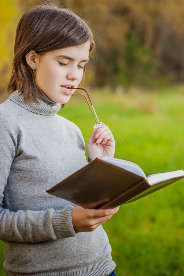 Ritratto della ragazza con il libro fotografia stock libera da diritti