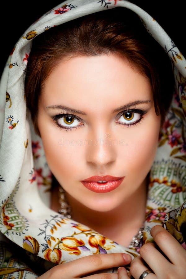 Ritratto della ragazza con il vecchio scialle russo sulla testa fotografia stock