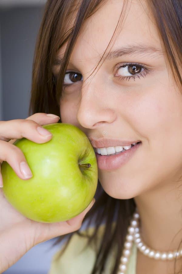 Ritratto della ragazza con la mela verde immagini stock