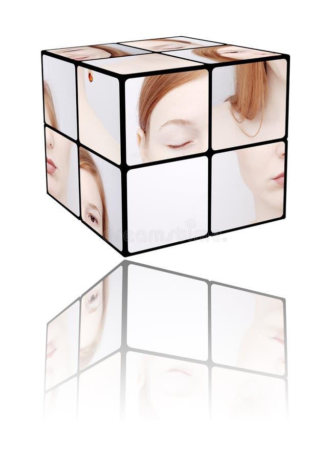 Ritratto della ragazza in cubo del Rubic fotografie stock