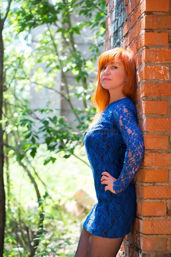 Ritratto della ragazza dai capelli rossi in un vestito blu immagine stock libera da diritti