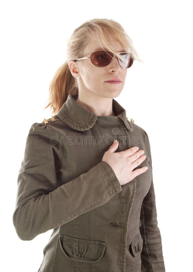 Ritratto della ragazza del soldato con gli occhiali da sole fotografia stock libera da diritti