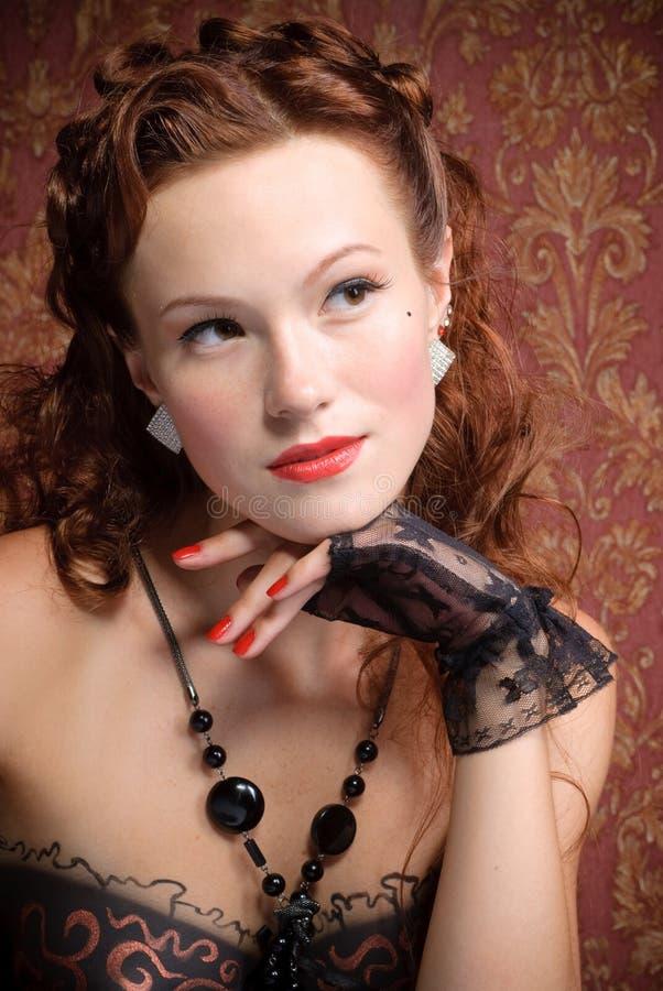 Ritratto della ragazza dell'annata che riposa il suo mento a disposizione immagine stock libera da diritti