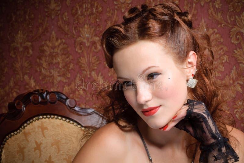 Ritratto della ragazza dell'annata che riposa il suo mento a disposizione fotografie stock libere da diritti