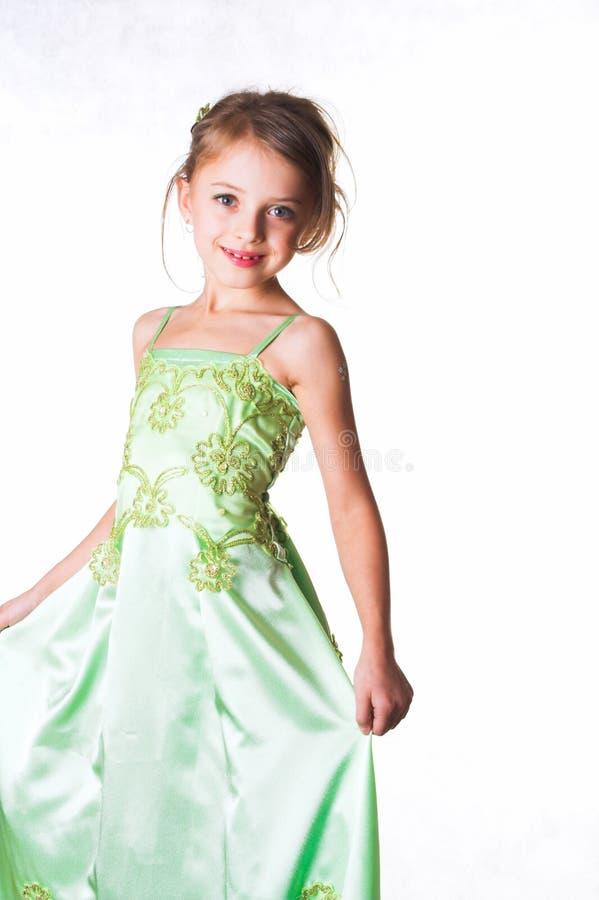 Ritratto della ragazza dell'età prescolare, in vestito verde su un bianco fotografie stock libere da diritti