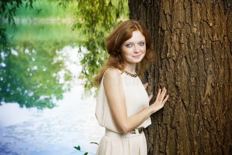 Ritratto della ragazza della testarossa sulla natura immagine stock
