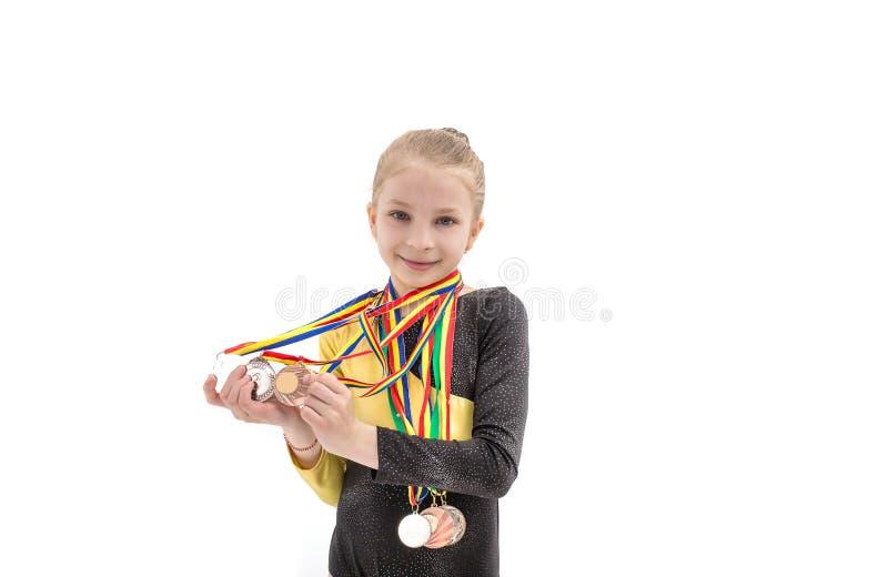 Ritratto della ragazza di acrobatica con i molti medaglia sul collo isolato su bianco fotografia stock libera da diritti