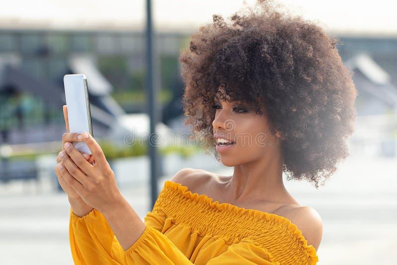 Ritratto della ragazza di afro nella città fotografia stock