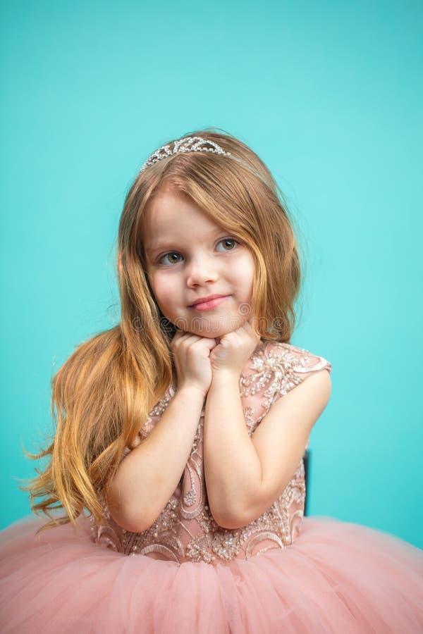 Ritratto della ragazza di 4 anni adorabile in isolante rosa del vestito da principessa fotografie stock libere da diritti