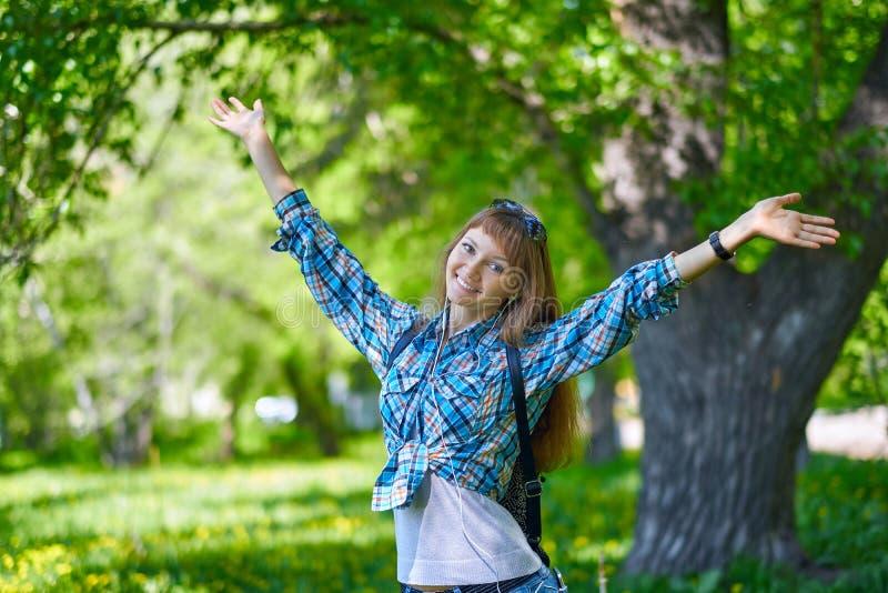 Ritratto della ragazza di estate Sorridere asiatico della donna felice il giorno soleggiato della primavera o di estate fuori in  fotografia stock