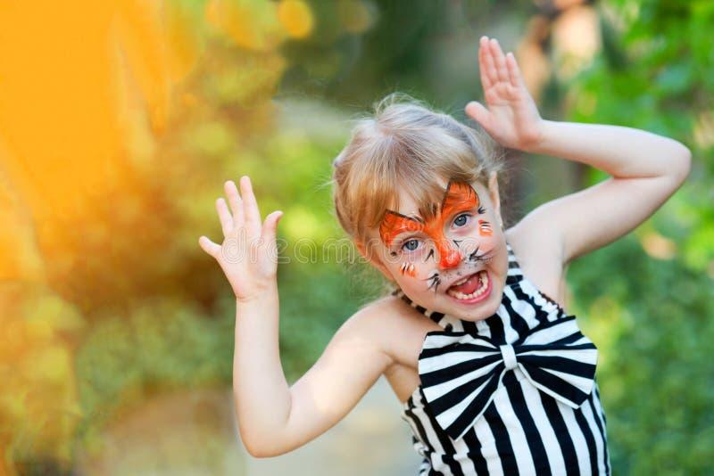 Ritratto della ragazza divertente con la pittura del fronte fotografia stock