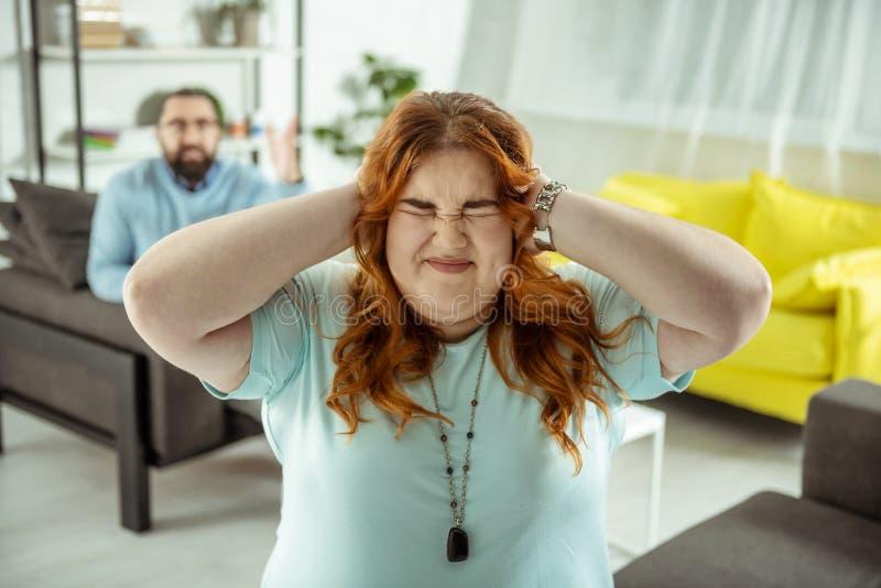 Ritratto della ragazza emozionale che che copre le sue orecchie fotografia stock libera da diritti