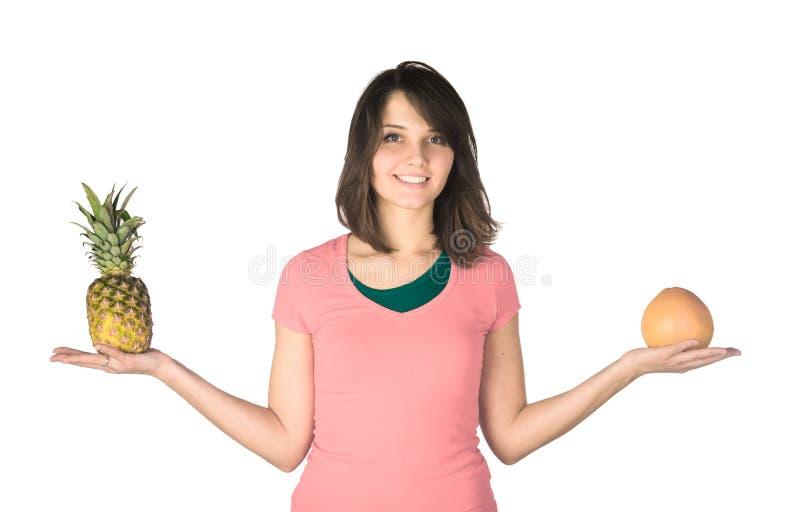 Ritratto della ragazza felice con l'ananas e immagini stock libere da diritti