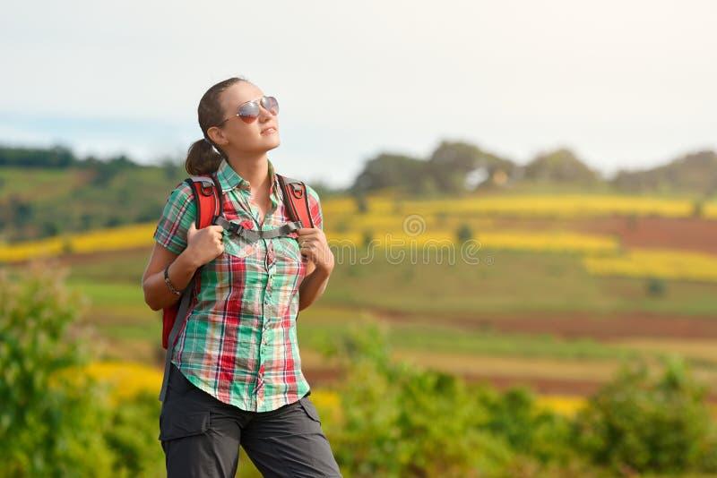 Ritratto della ragazza felice del viaggiatore con lo zaino sui precedenti fotografia stock libera da diritti
