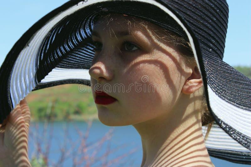 Ritratto della ragazza graziosa che indossa un black hat, all'aperto, fine su la gente, concetto di viaggio fotografie stock