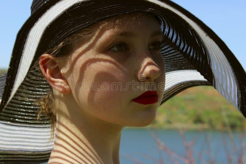 Ritratto della ragazza graziosa che indossa un black hat, all'aperto, fine su la gente, concetto di viaggio fotografie stock libere da diritti