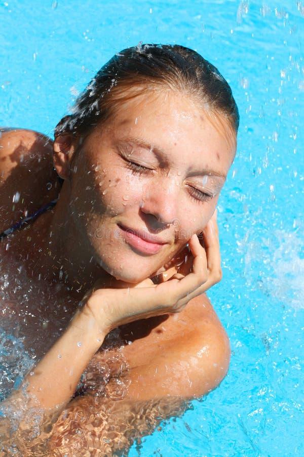 Ritratto della ragazza graziosa che si distende sull'acqua fotografie stock libere da diritti