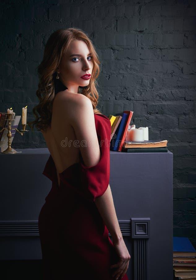 Ritratto della ragazza graziosa sexy in vestito rosso dal crollo Isolato su bianco immagine stock